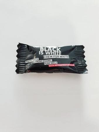 Curaprox BLACK-IS-WHITE wybielająca guma do żucia z aktywnym węglem, 2 szt